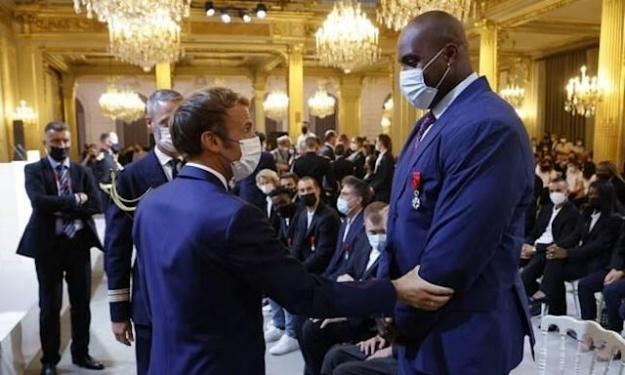Accusé d'avoir attaqué Emmanuel Macron, Teddy Riner réagit