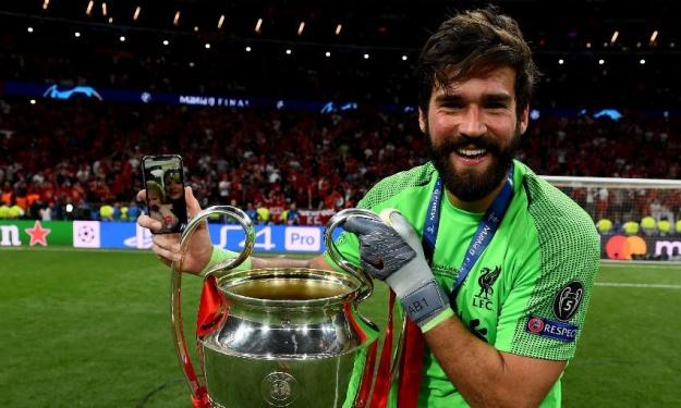 Alisson Becker remporte le premier Ballon d'Or des gardiens de but