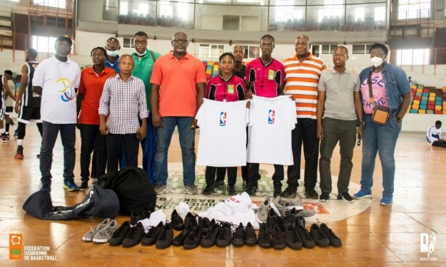 Basket : La commission des arbitres et les statisticiens de la Fédération Ivoirienne reçoivent un lot d'équipements