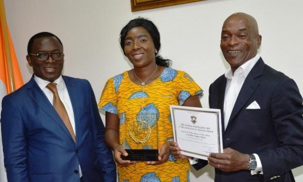 Coulibaly Eliakim Wilfried reçoit son prix de l'excellence