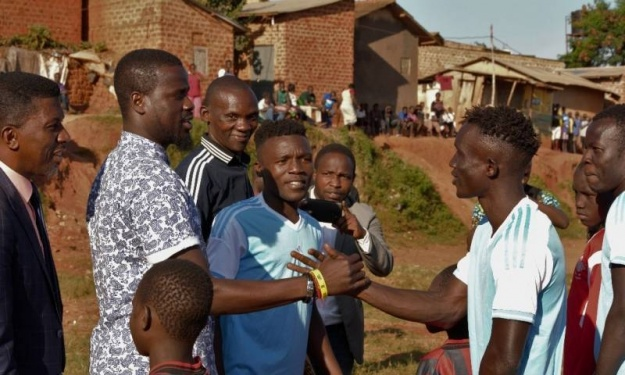 Eboué aux jeunes Ougandais d'un bidonville : ''Avant, je jouais sans chaussures…''