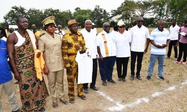 FIF : Dons de maillots des Éléphants au Député-Maire et aux Chefs de village d'Assouba et d'Ayebo