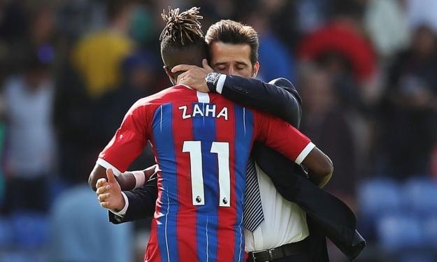 L'accolade très très … très complice entre le coach d'Everton et Wilfried Zaha