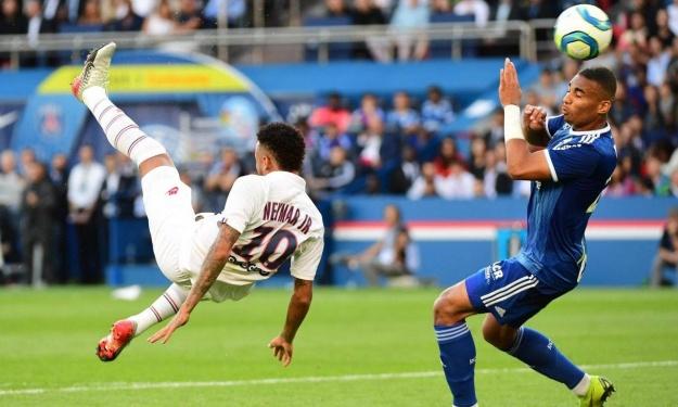 Le retourné renversant de Neymar pour son retour au Parc