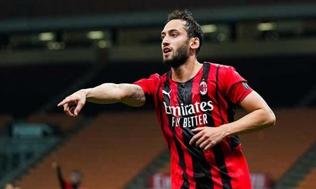Mercato : Hakan Çalhanoglu débarque chez le rival Milanais