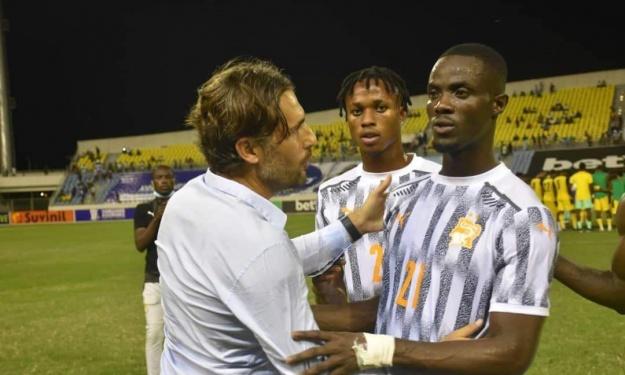 Moment d'échanges et de communion entre Beaumelle et les Éléphants après le match au Ghana