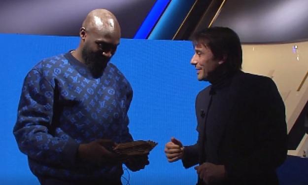 Romelu Lukaku élu meilleur joueur Belge, Antonio Conte fait tomber le trophée